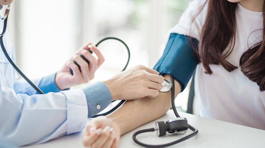 hogyan kell kezelni a magas vérnyomást idős embernél magas vérnyomás kezelés badamival